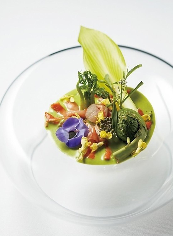 赤貝、山菜、紫の 花などで早春の芽吹きを表現したひと皿。