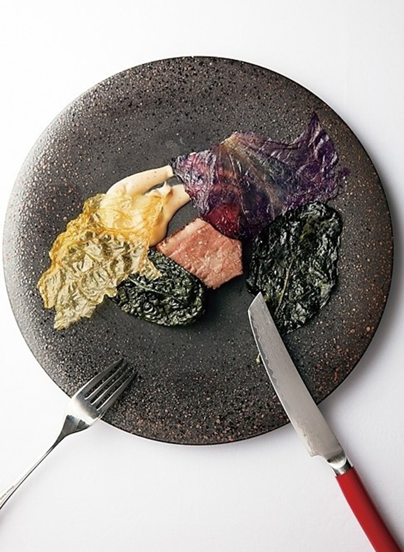 """イノシシを減圧調理器""""ガストロバック""""を使って赤ワインソースを浸透させた料理。 ※料理は一例。コース¥15,000~"""