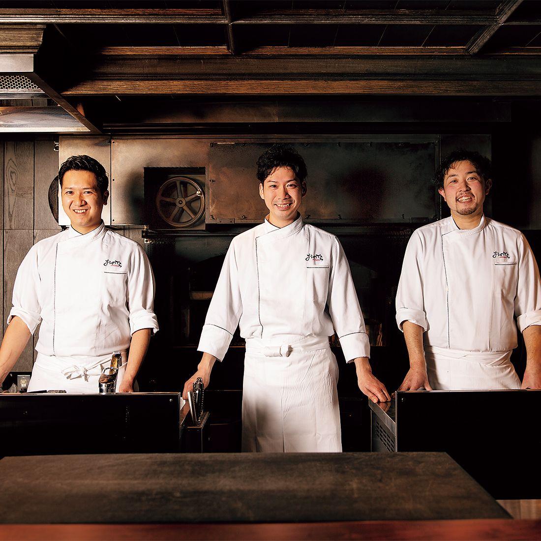 調理長の寺田惠一さん(中央)、安達直生さん(左)と竹澤 希さん(右)。