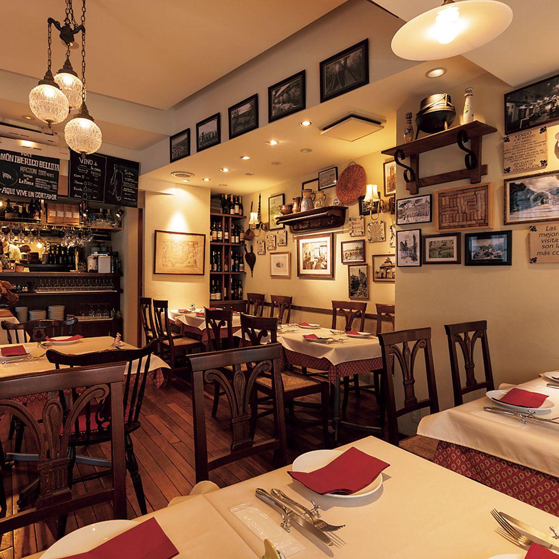 壁の写真や絵や雑貨はすべてスペインのもの。