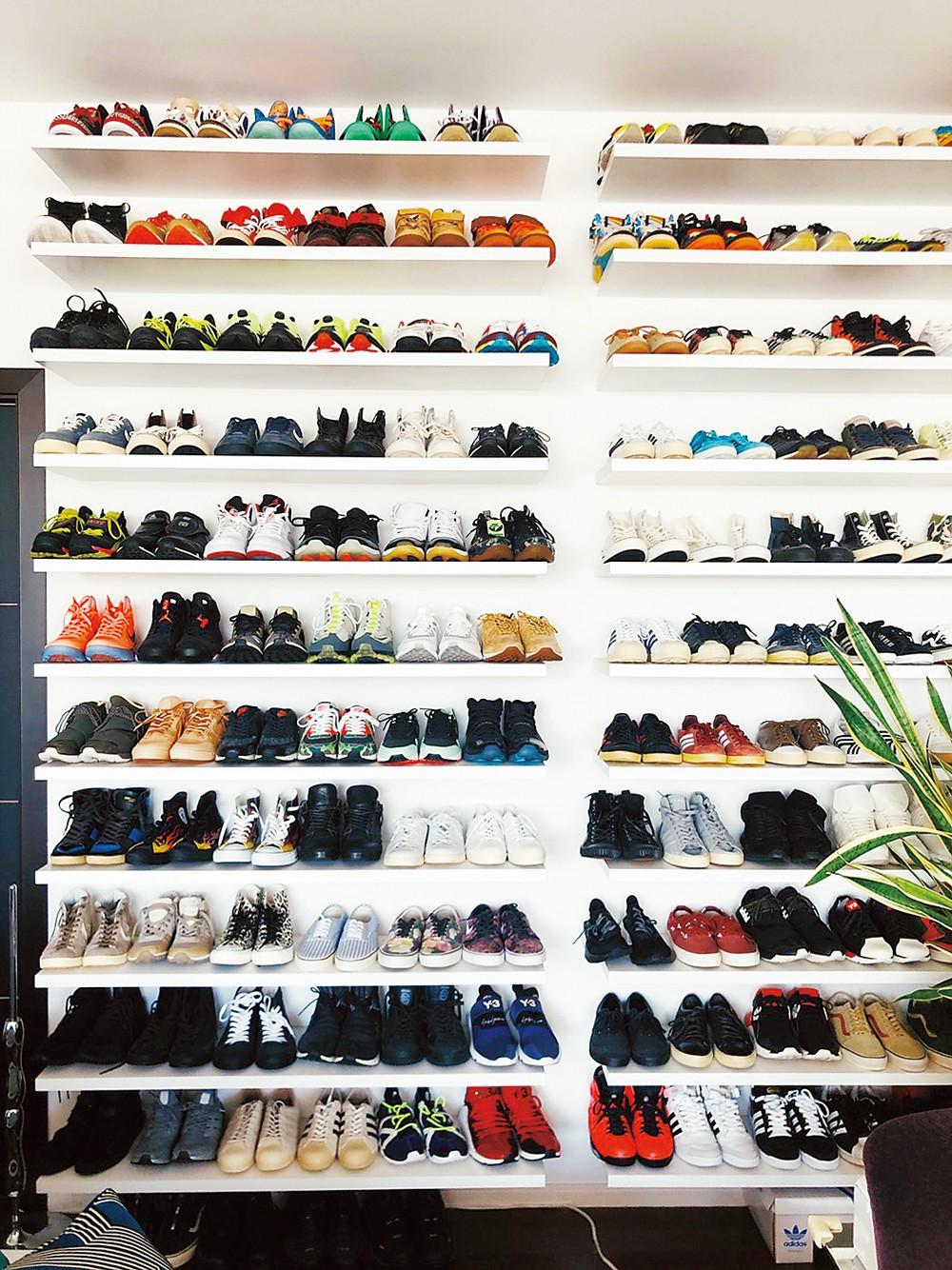 自宅の壁いっぱいに飾られたスニーカー。いつも眺めていたいので、棚を特注した。「時々並び替えて楽しんでいます」。