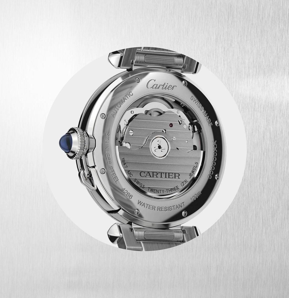 小さなチェーンで結ばれたブルースピネル、あるいはサファイアが埋め込まれたリューズ。オプションのサービスとして、ケースの側面にイニシャルのエングレービングを刻むことができる。Cédric Vaucher © Cartier