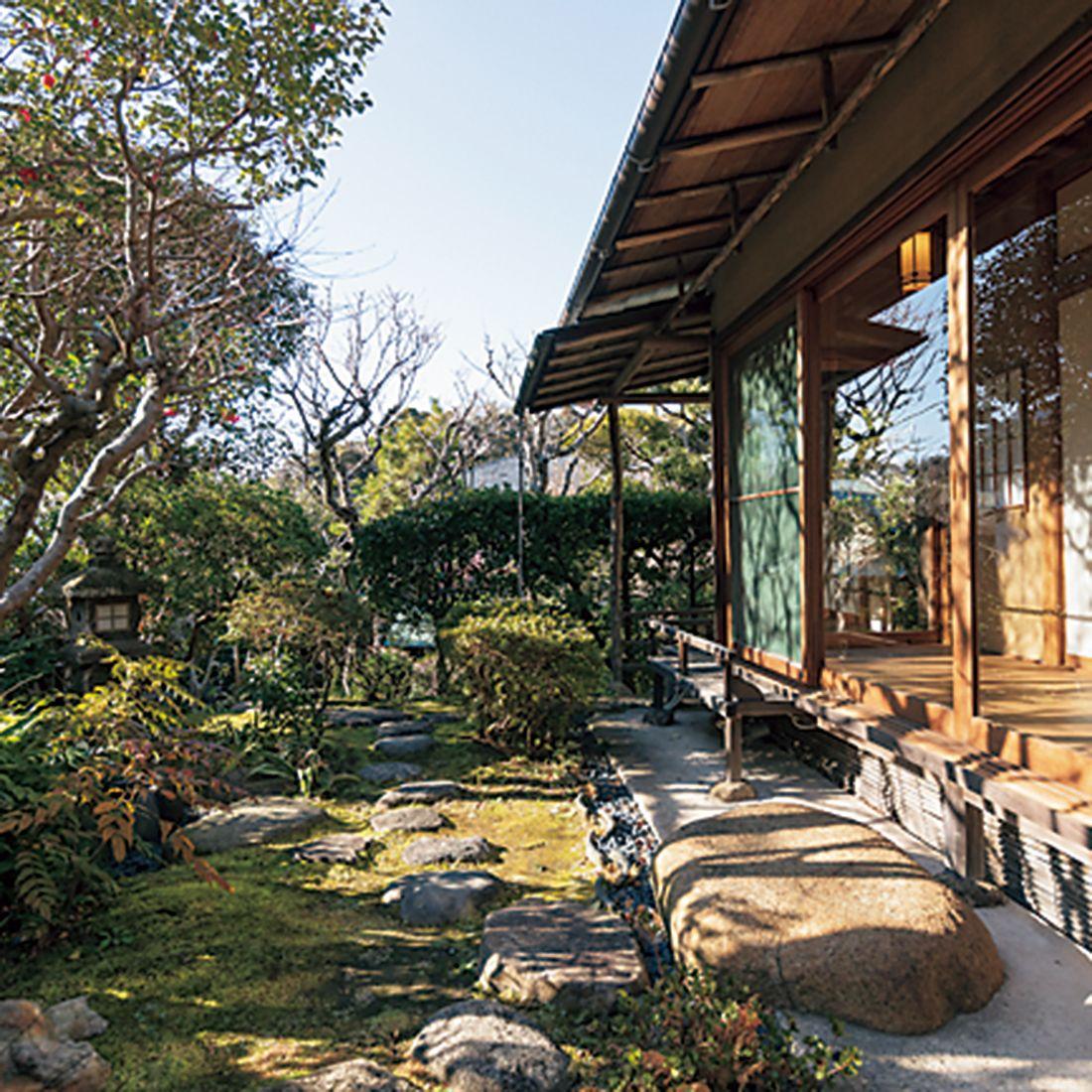 風情のある表玄関、四季を感じる庭園がゲストを迎える。