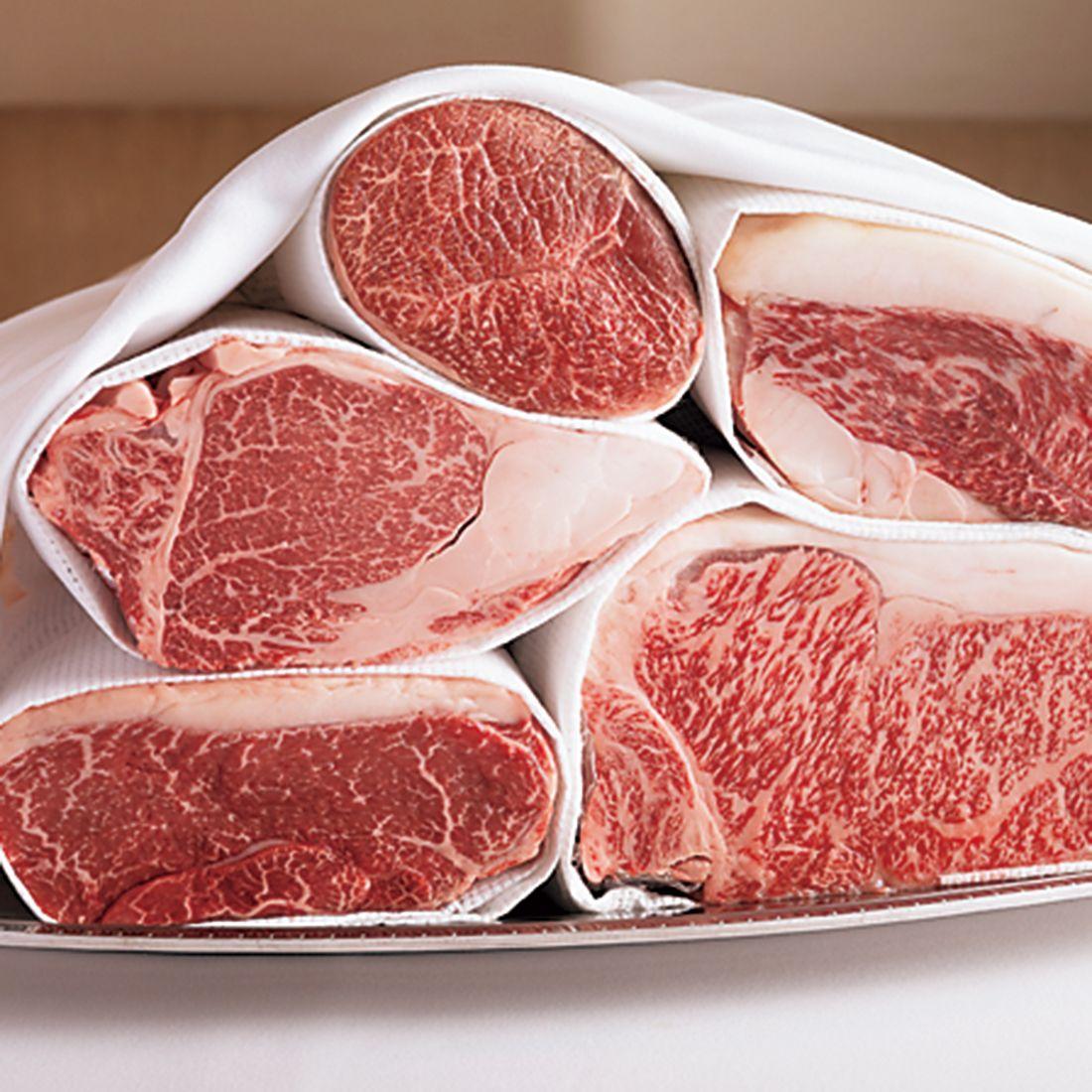 ステーキの部位は、テーブルで実物を見ながら選ぶことができる。