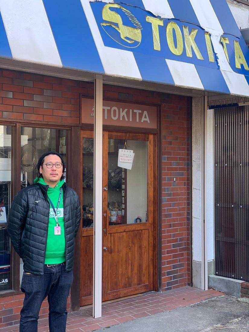 武豊ら栗東ジョッキーをはじめ、短期免許で来日した外国人ジョッキーへの馬具販売も行う(株)時田の浅田さん。