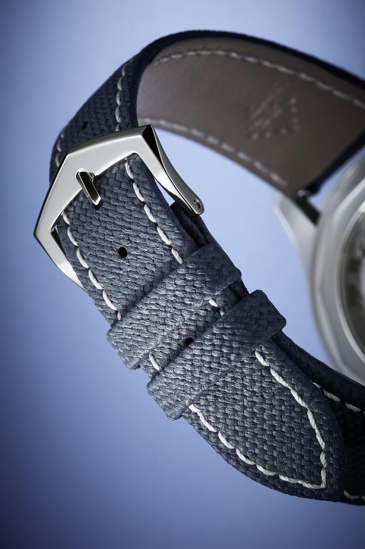ホワイトのステッチで装飾されたカーフストラップはRef.6007Aに特別な存在感を与えている。