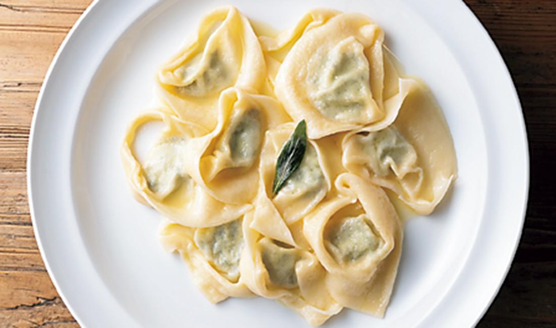 セージ風味のバターで和えた「トルテッローニ」。オリーブオイルとパルミジャーノチーズ、コショウのみの「タリアテッレ イン ビアンコ」。