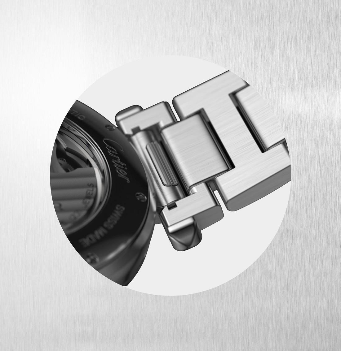 工具を一切使わずに、着脱とコマの調整ができる「クイックスイッチ」システムを採用したブレスレット。Cédric Vaucher © Cartier