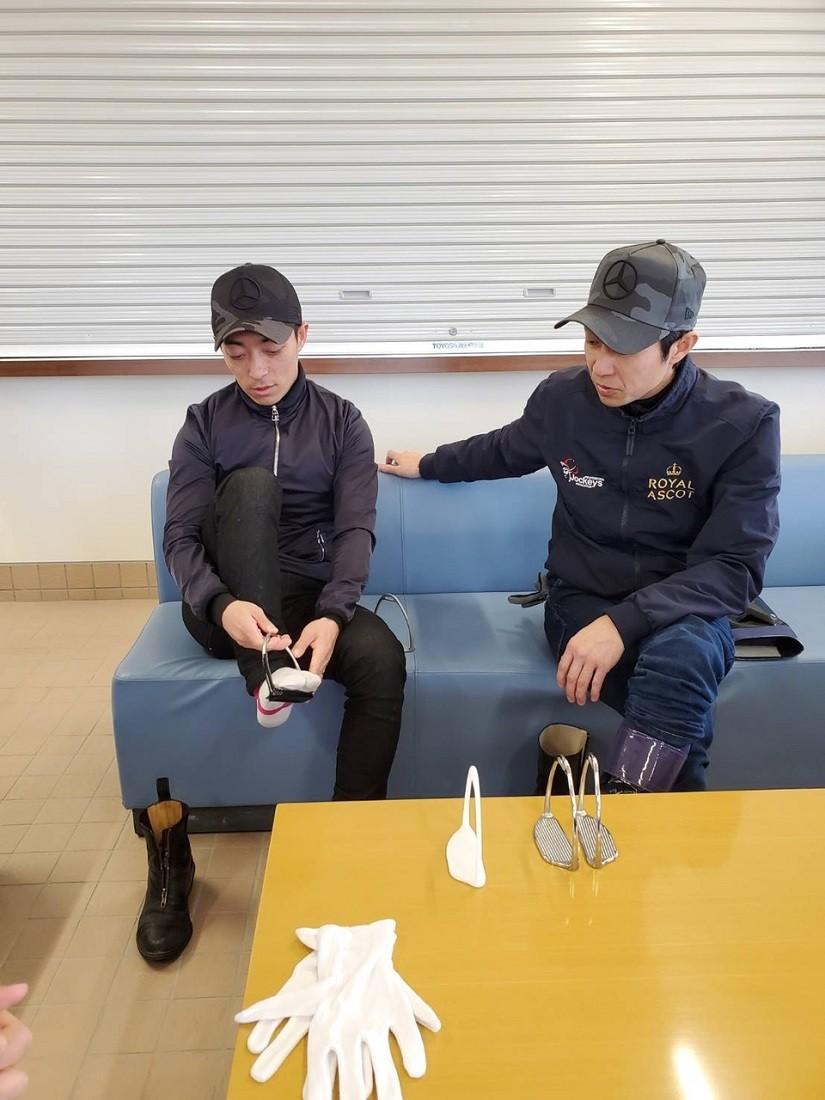 記事を見て川田ジョッキーも「アブミ作り」に興味を示し、武豊とアブミ談義を。