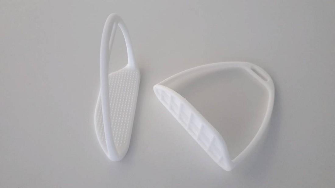 形状の完成形を見てもらうため、樹脂で形成した試作品。