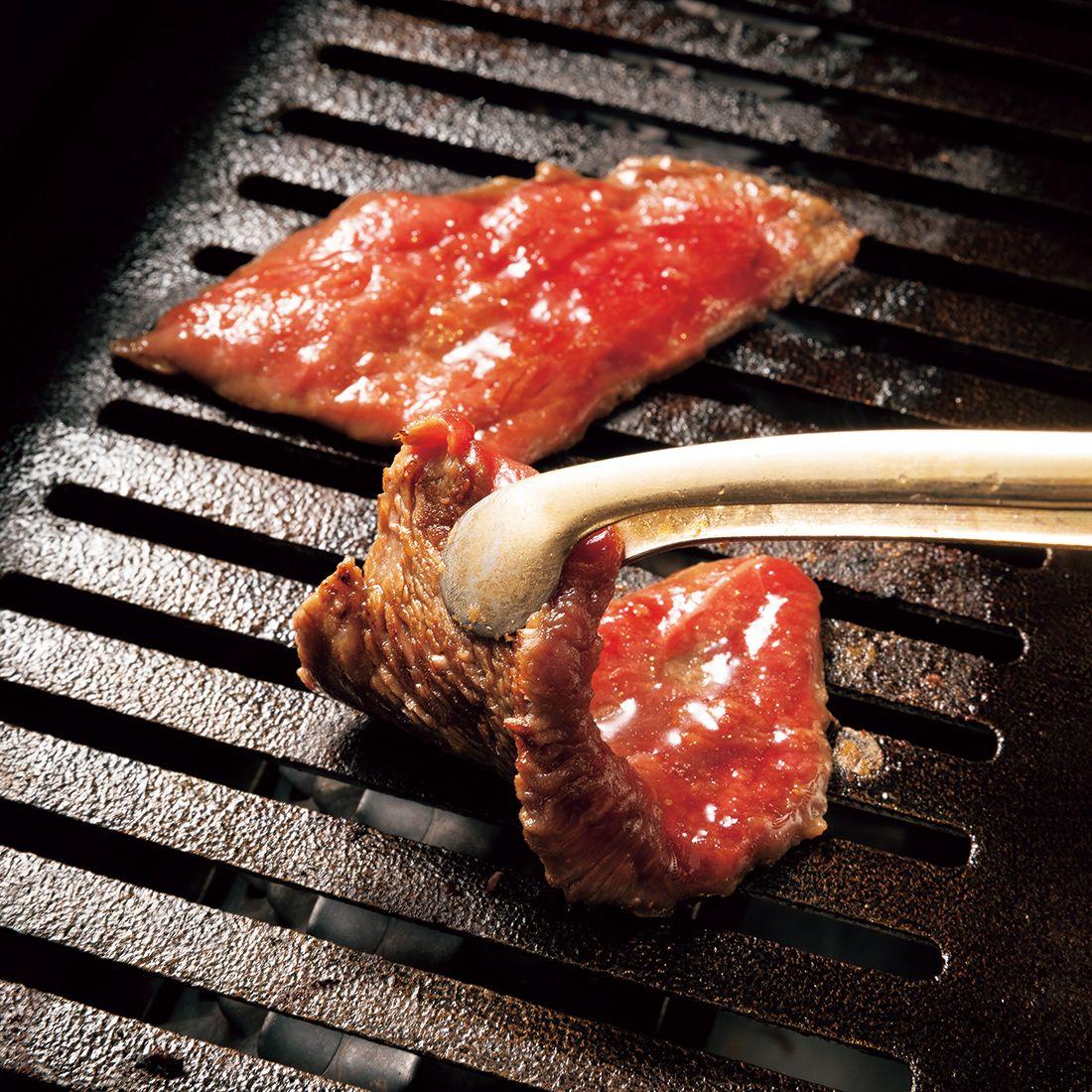 肉は専任の焼き手が焼く趣向。