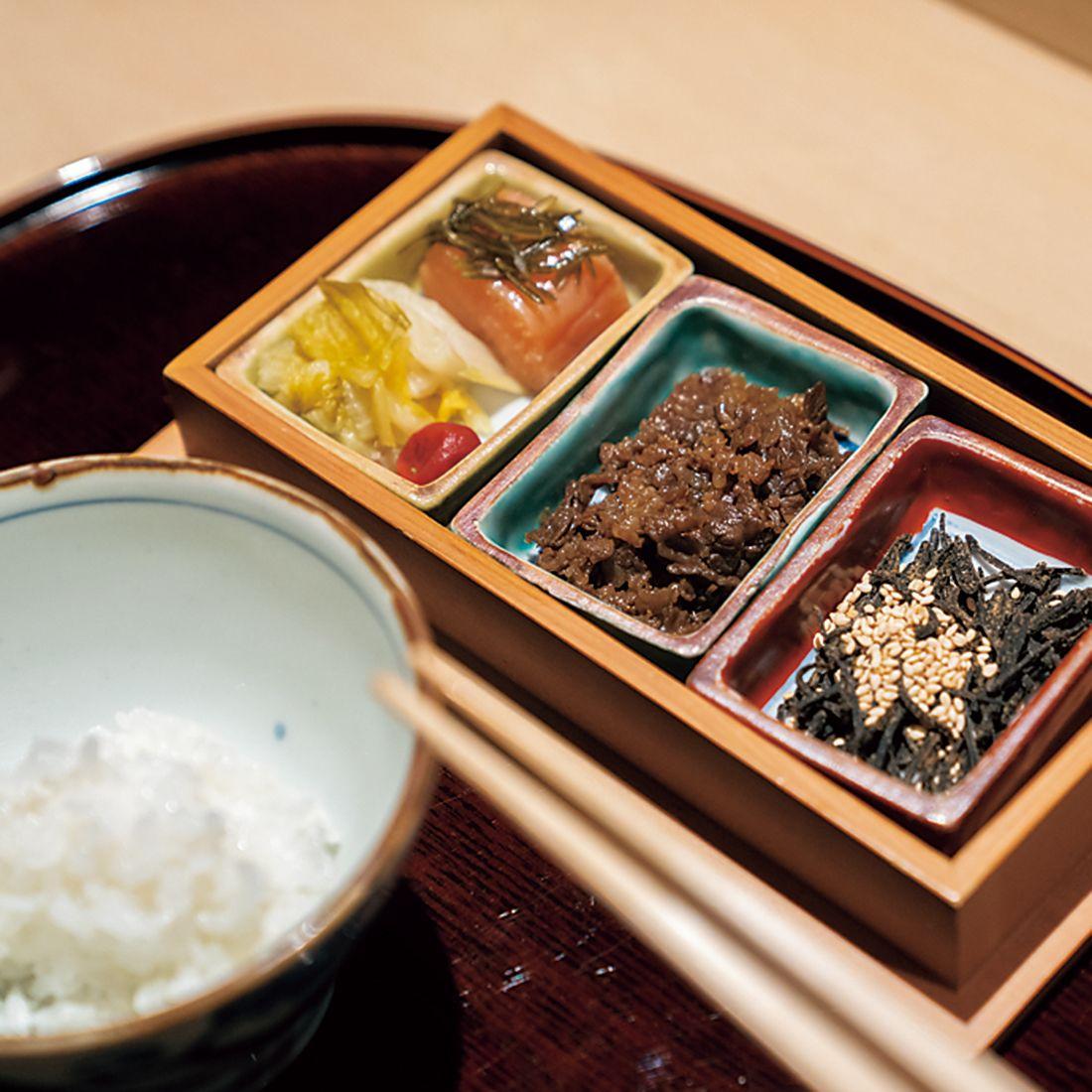 精米したての米を土鍋で仕上げ、自家製の明太子や最初にダシをとった鰹節と一緒に。
