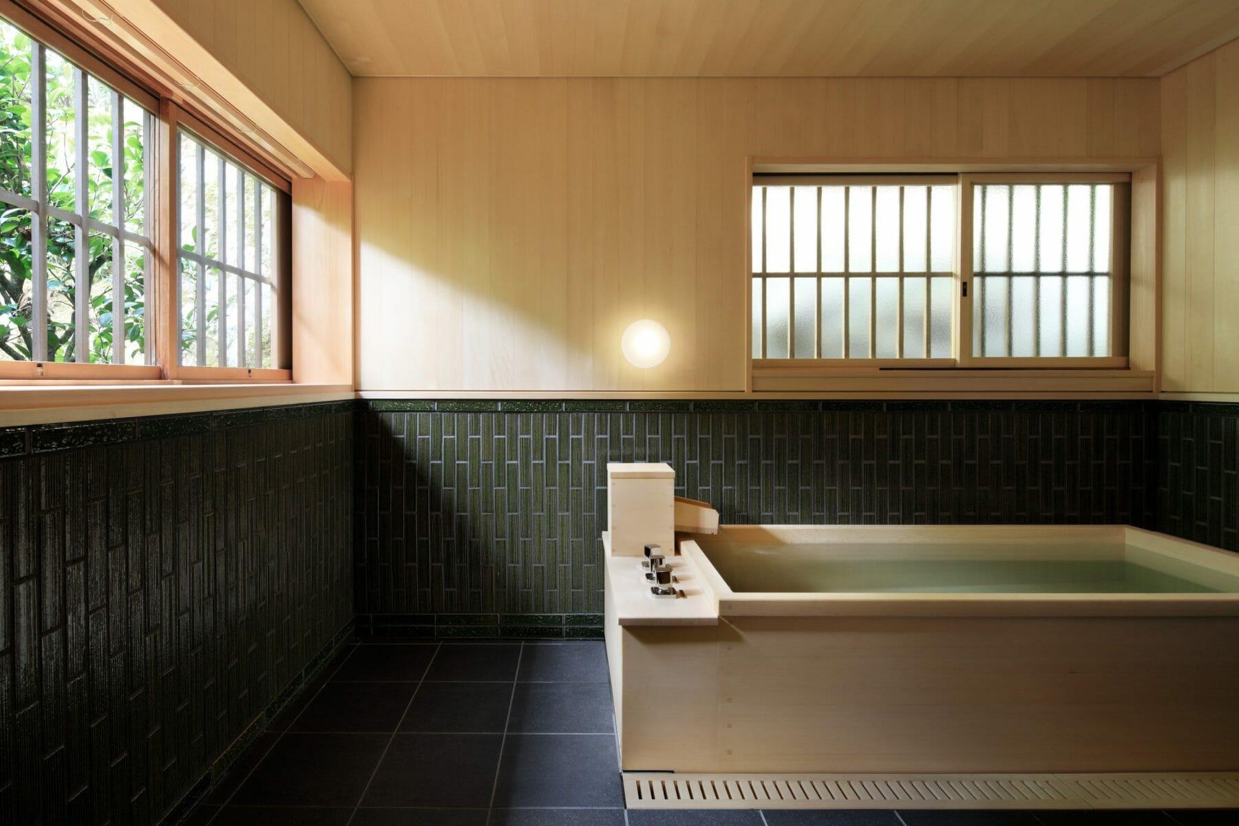 やわらかい光が入り込む風呂。