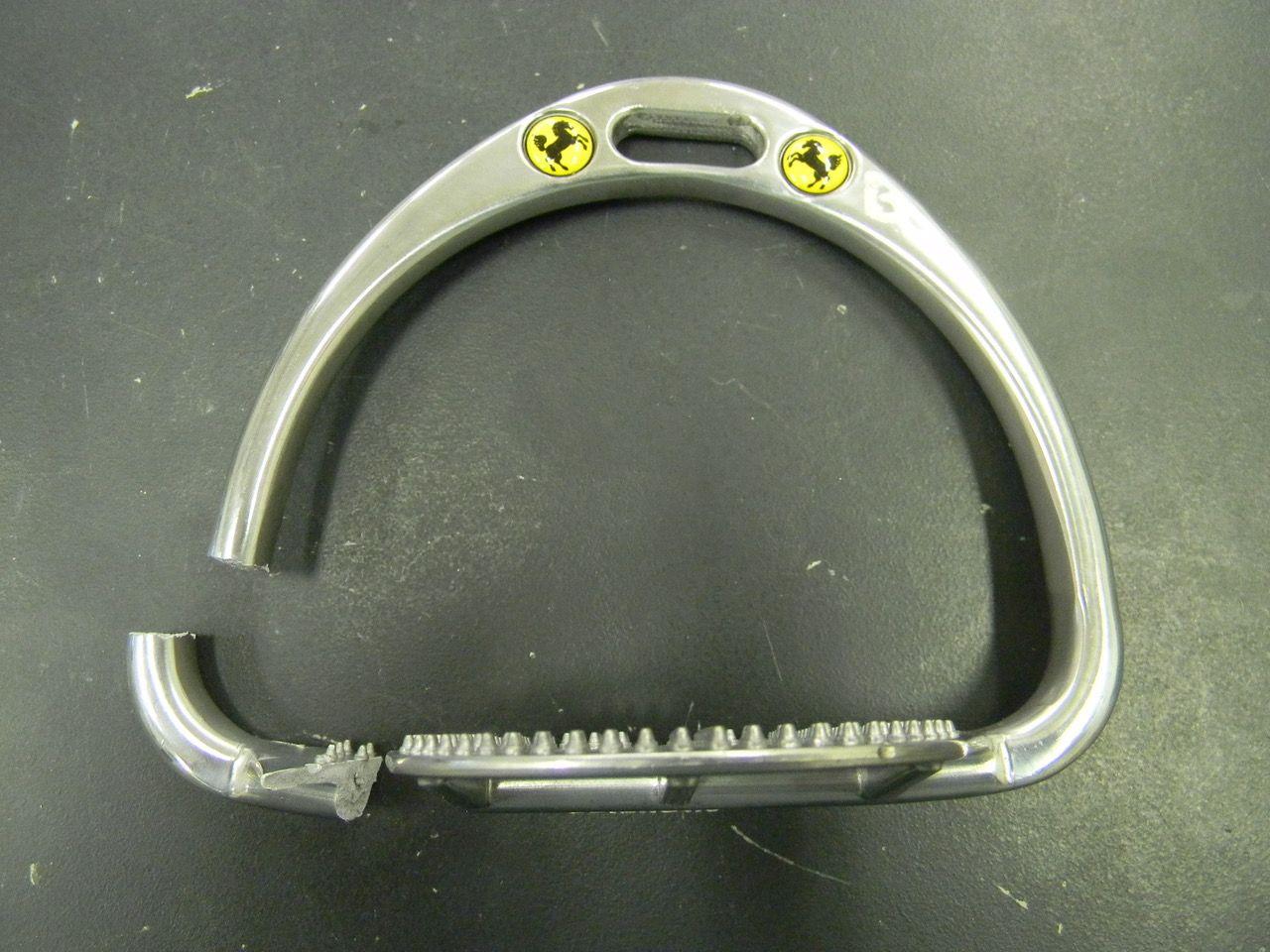 武豊騎手から預かったアブミの1つアルミ製。数値は5.5kNと、日本の基準だと不合格であろう。