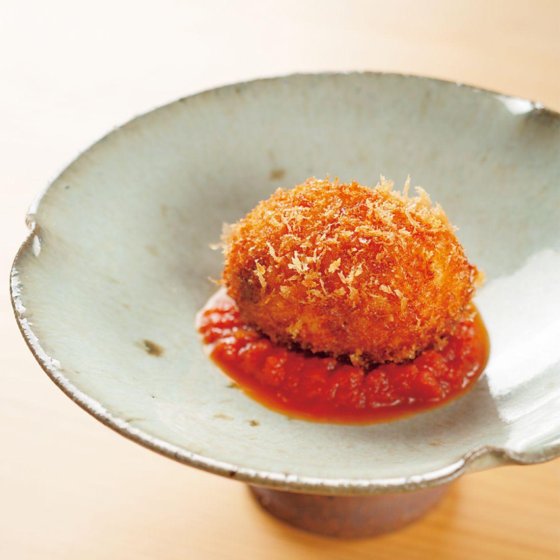 真ん中に雲丹を忍ばせた鮑のコロッケ、自家製トマトケチャップで。