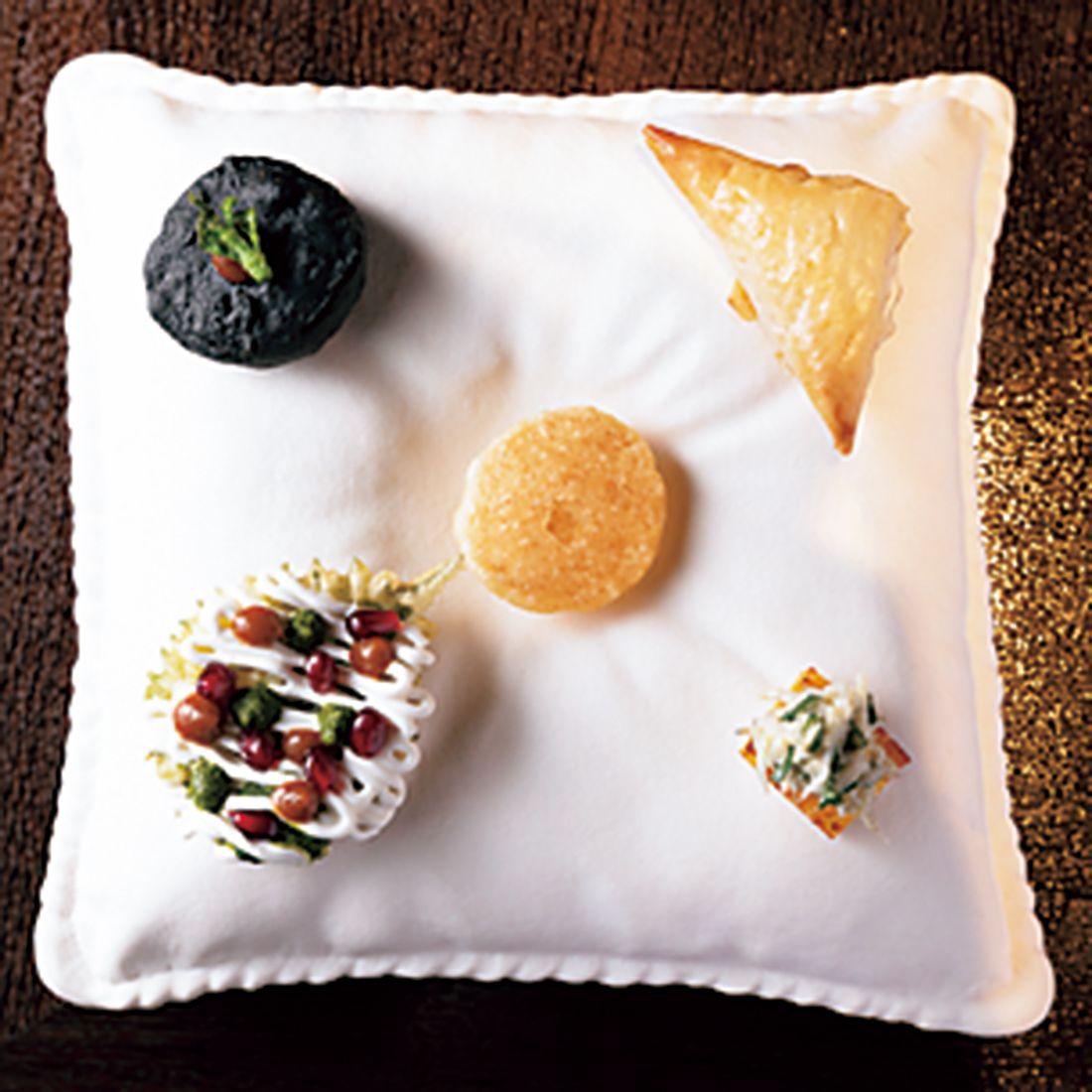 シソの天ぷらにタマリンドのチャツネとザクロをのせたものは「チャート」という屋台料理がベース。