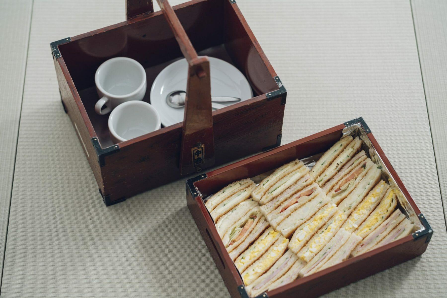 和食にするかサンドイッチにするか。価格や注文方法はフロントに問い合わせを。