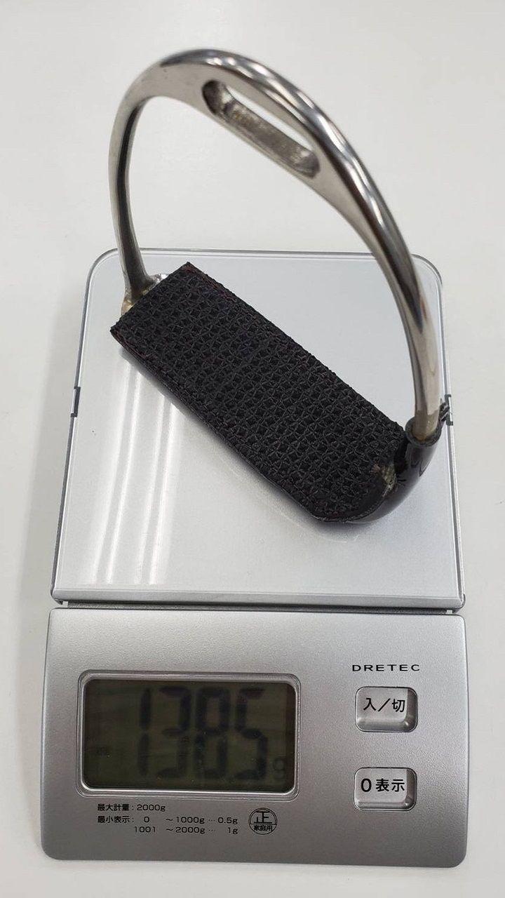 日本のジョッキーが入手できる主なアブミを測った。この写真は現在の武豊の愛用モデル。