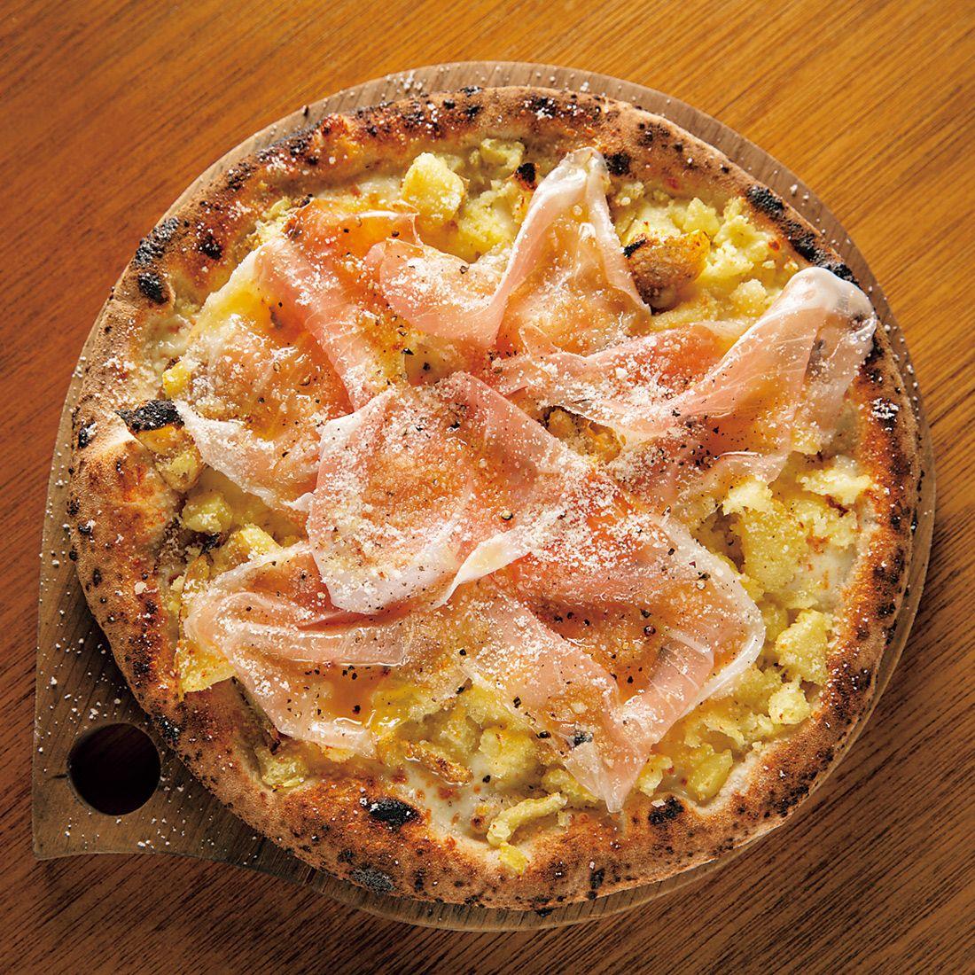 熟成じゃが芋と生ハムのピッツァ。