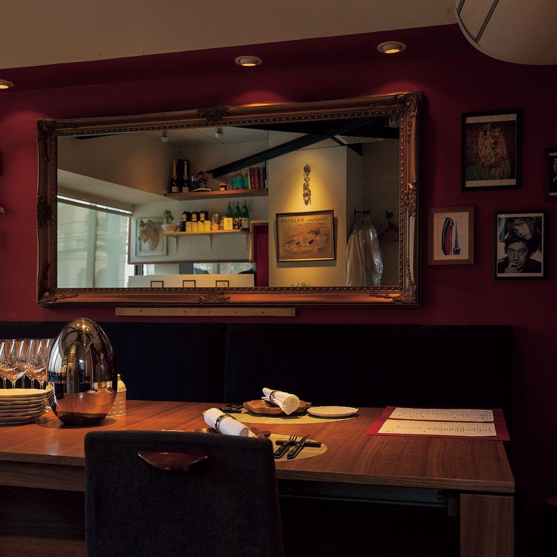 パリのレストランのような内装。