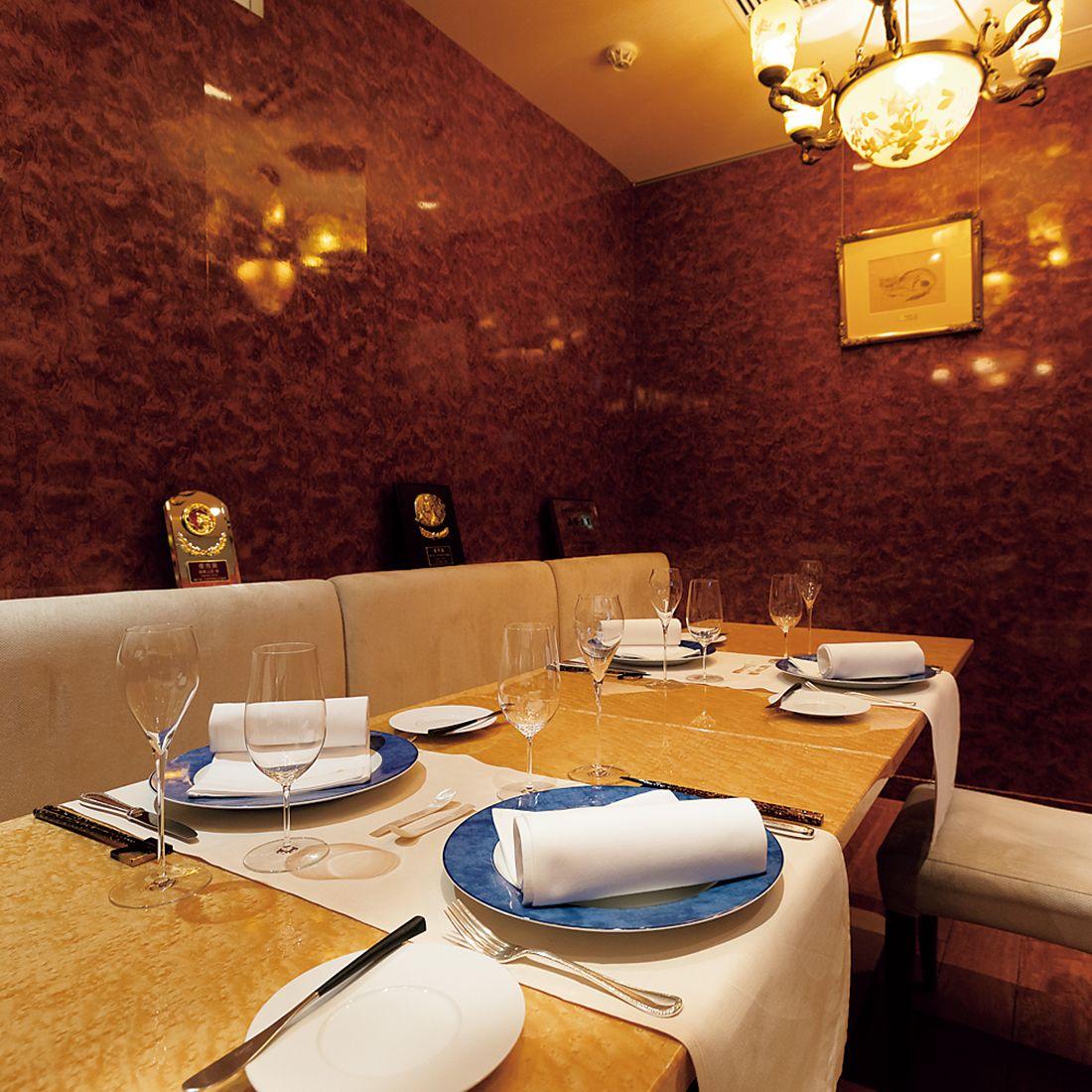 藤田嗣治の絵画やシャンデリアに彩られた個室。