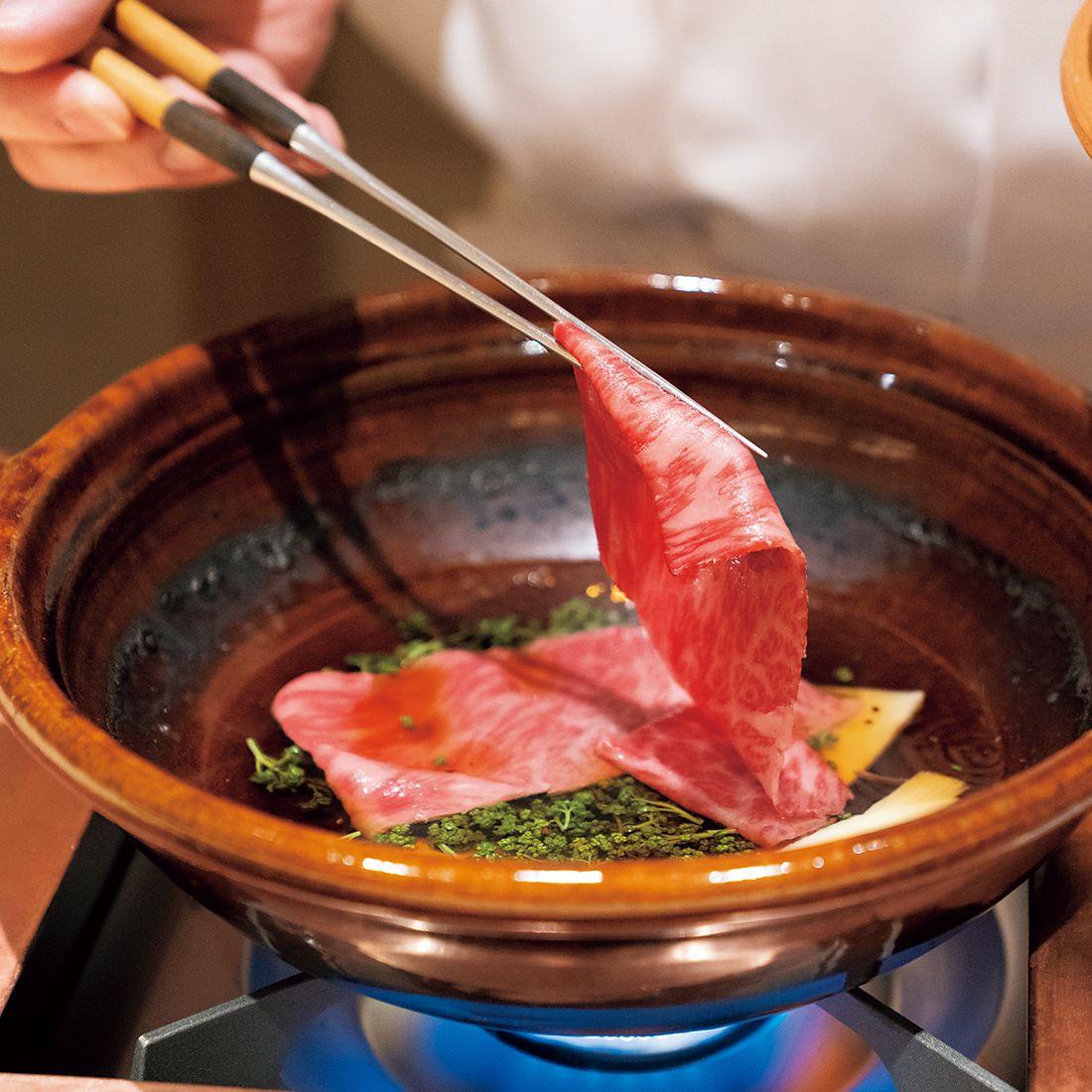 春に旬を迎える花山椒を味わってほしいと、和牛のザブトンと一緒に甘辛いタレに絡める。爽やかな花山椒が肉の旨みを際立たせる。