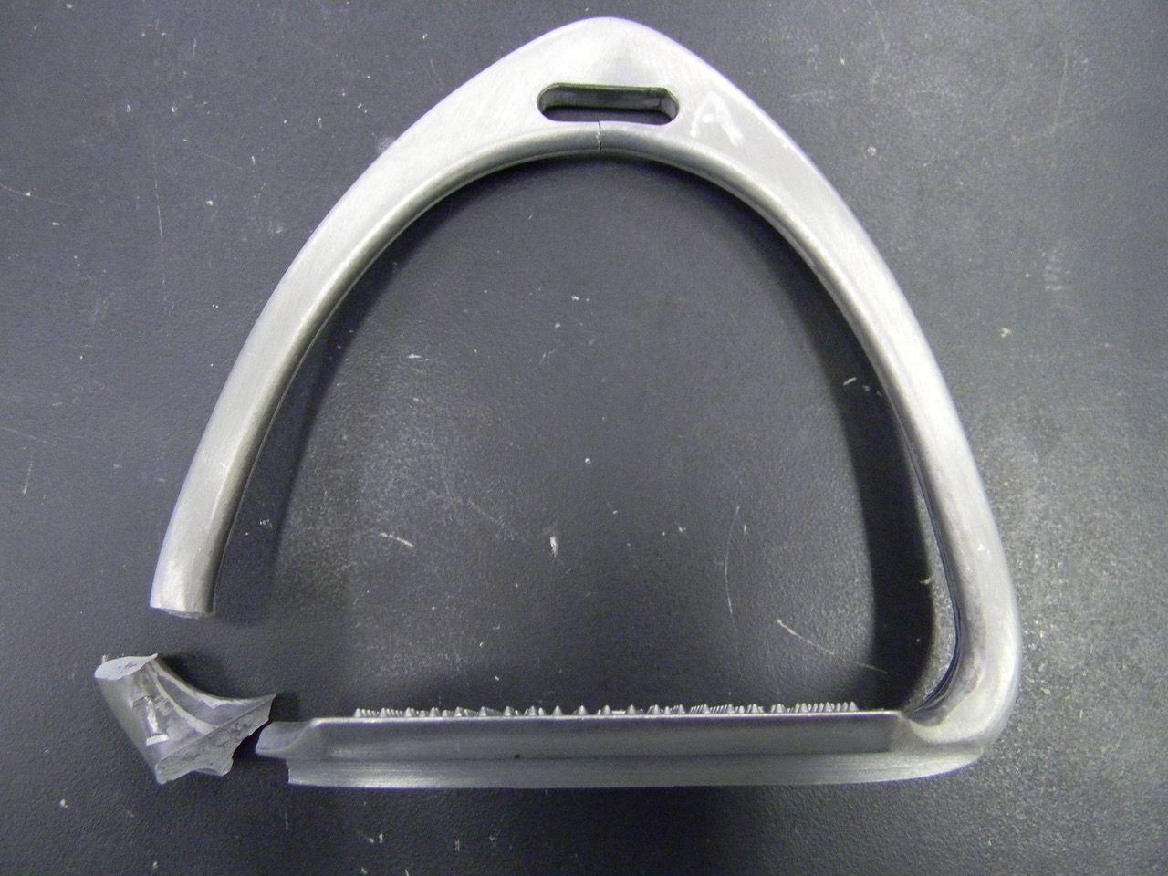 これもアルミ製だが、数値は10.0kNと、同じアルミでも形状によって全く強度が異なることが判明。