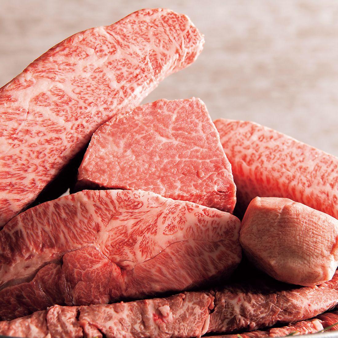 最初の肉見せではスタッフから産地や銘柄、月齢などの説明が。