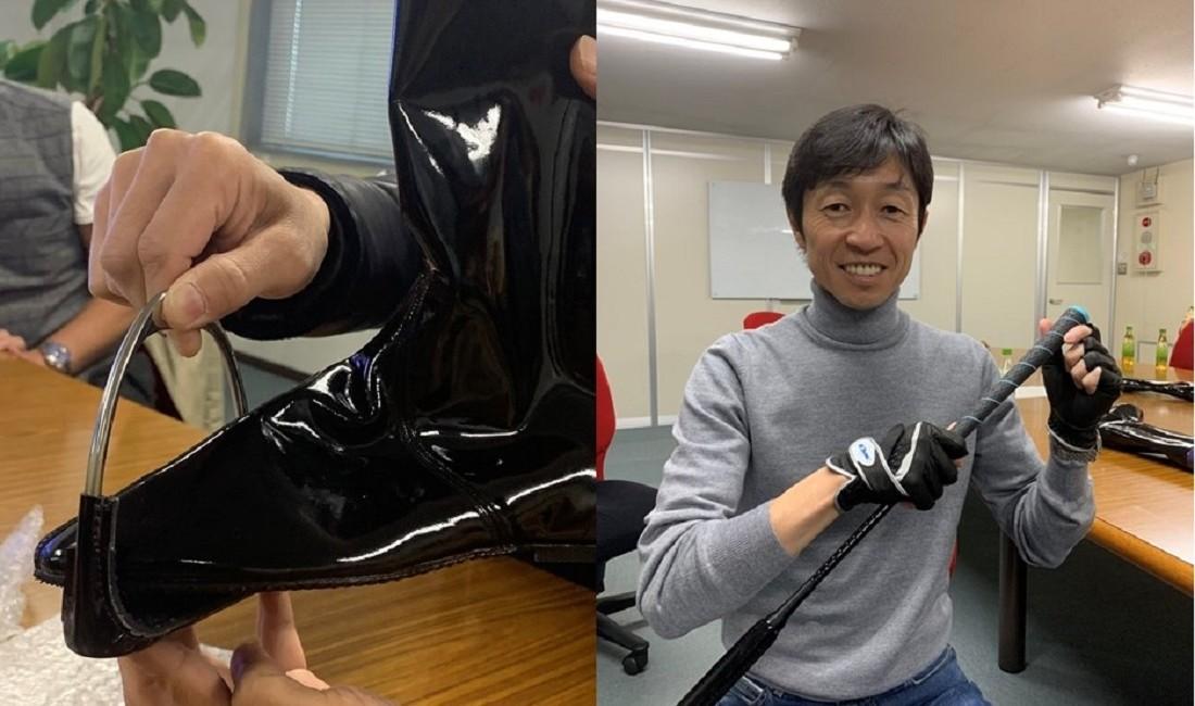 (左)ジョッキーブーツは想像以上に薄い素材で、軽量化のためインソール にクッションは無い。(右)ゴルフグリップを装着した特注のムチとグローブを手に「ゴルフとアイテムは似てますよね」と武豊。