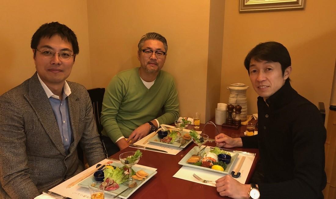 製造方法など食事をしながらMTG。(右)武豊(中)筆者(左)エムエス製作所・副社長の迫田邦裕さん
