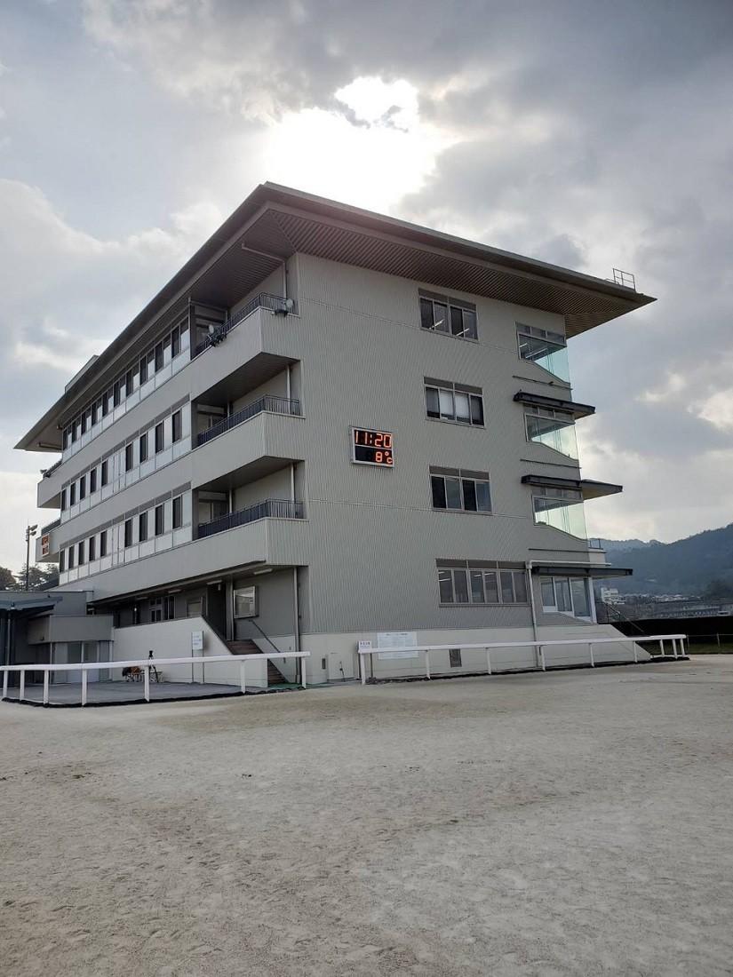 調教スタンドと呼ばれる建物。追い切り風景や取材など、この場所で行われていると知った
