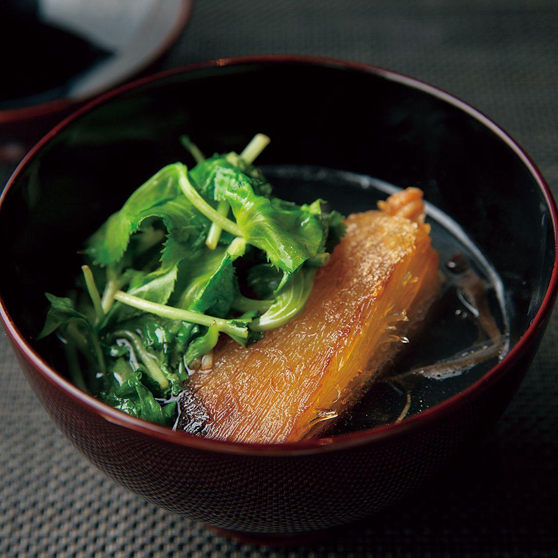 肉厚の焼きフカヒレと刻みキクラゲのお椀。