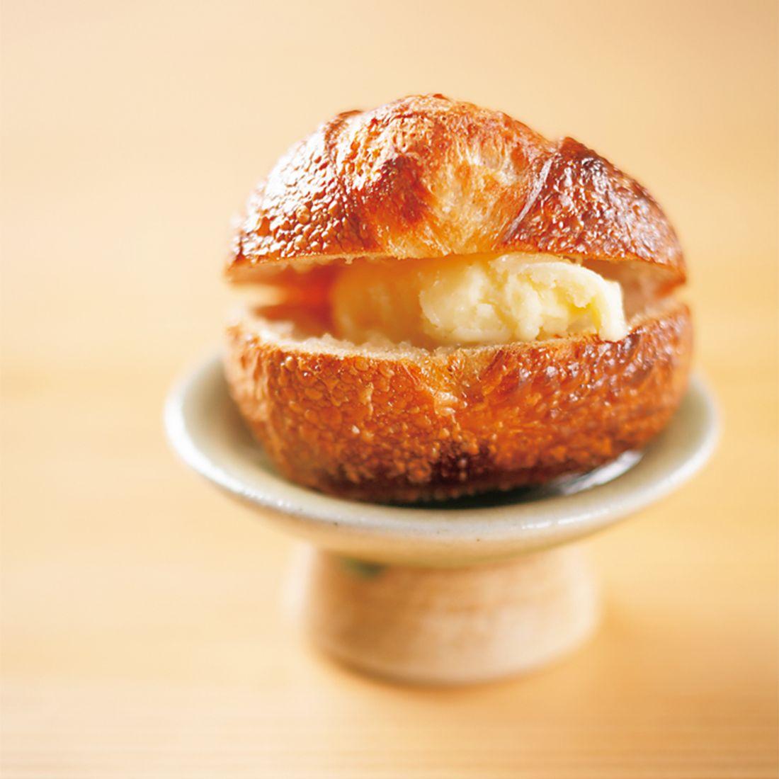 北海道から届く生クリームを振って作るバターとその乳清を使ったパン。