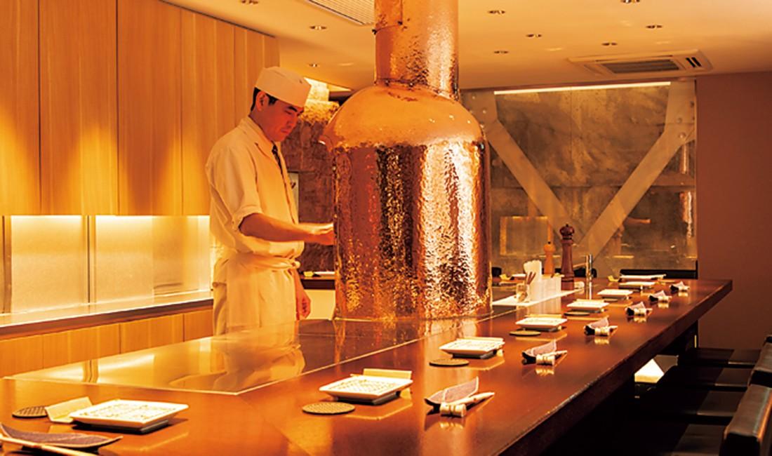 職人の調理風景が眺められるカウンター。