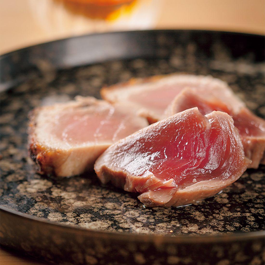 メジマグロの背と腹が人肌に温めた皿で供される。