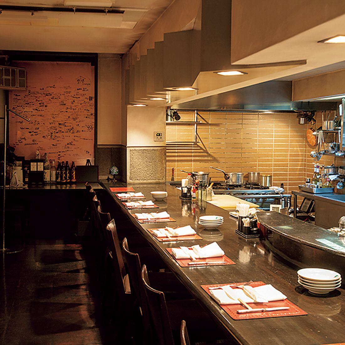 日本初ではないかといわれるオープンキッチンのカウンターがメイン。