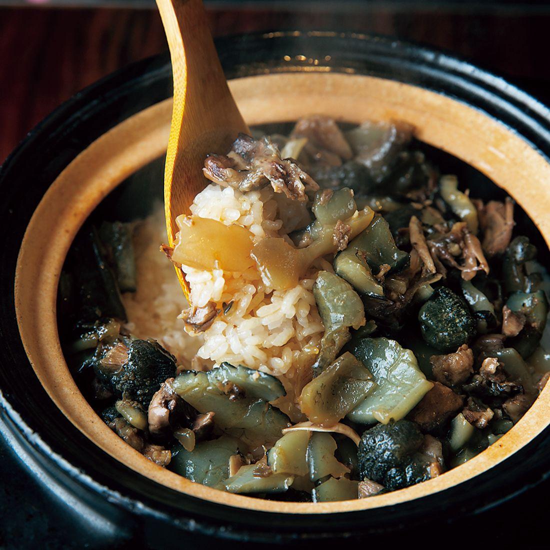土鍋の炊き立てご飯にスッポンを混ぜて仕上げる〆の食事。