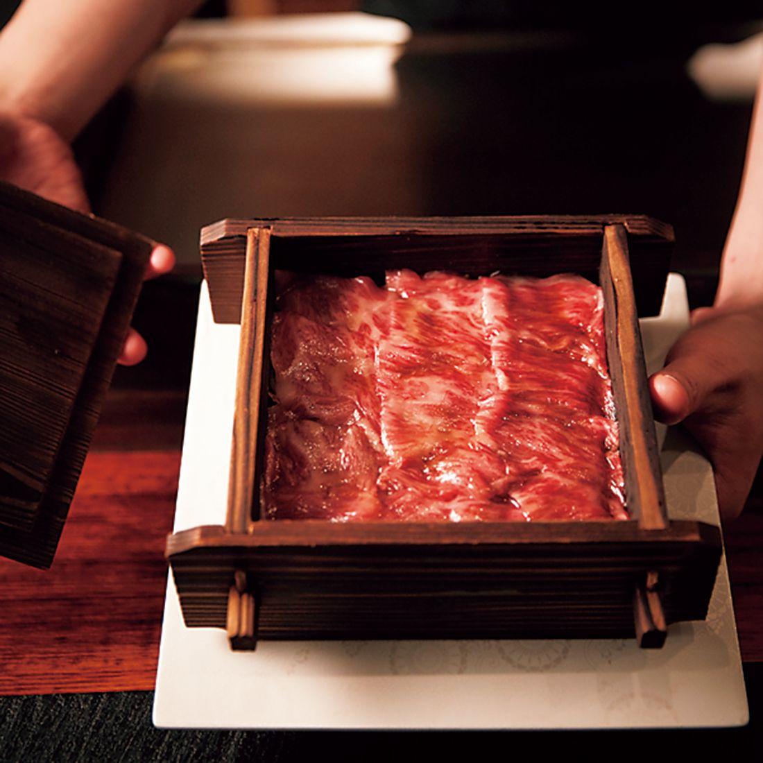 サーロインは脂が溶ける程度に、カイノミはレアで火を入れるタイミングをずらして蒸し、茶碗で供される。
