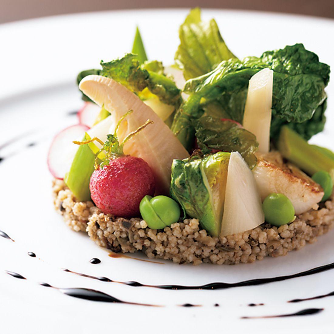「春野菜のデクリネゾンクスクスとフキノトウ入りタプナードのサラダ」