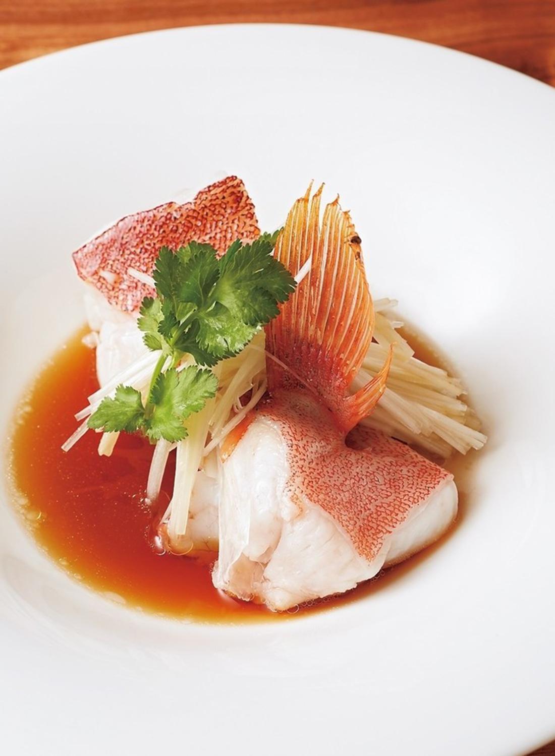 東星ハタの清蒸香港スタイル葱生姜のフィッシュ醤油ソース。