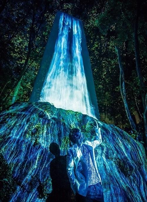 3mの巨石に滝を映しだした「かみさまの御前なる岩に憑依する滝」。