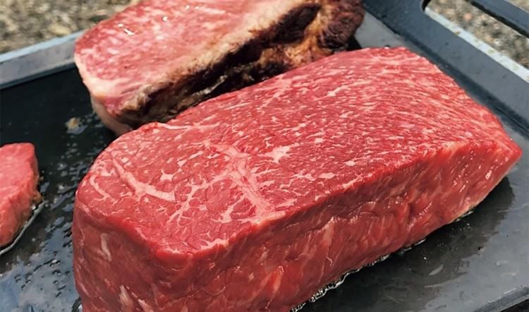 内もものブロック肉。霜降りは通常の和牛の1/3ほどに抑えているが柔らかく、しっかりと肉の味が感じられる。