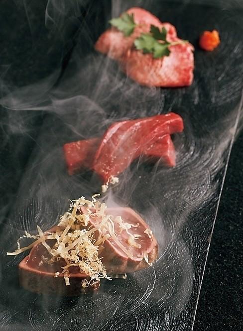 レバーの藁焼き、赤貝に見立てた心臓、牛タンの昆布締め。