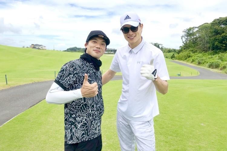 小澤さんの影響で最近ゴルフを始めたという劇団EXILEの後輩・鈴木伸之さんと。