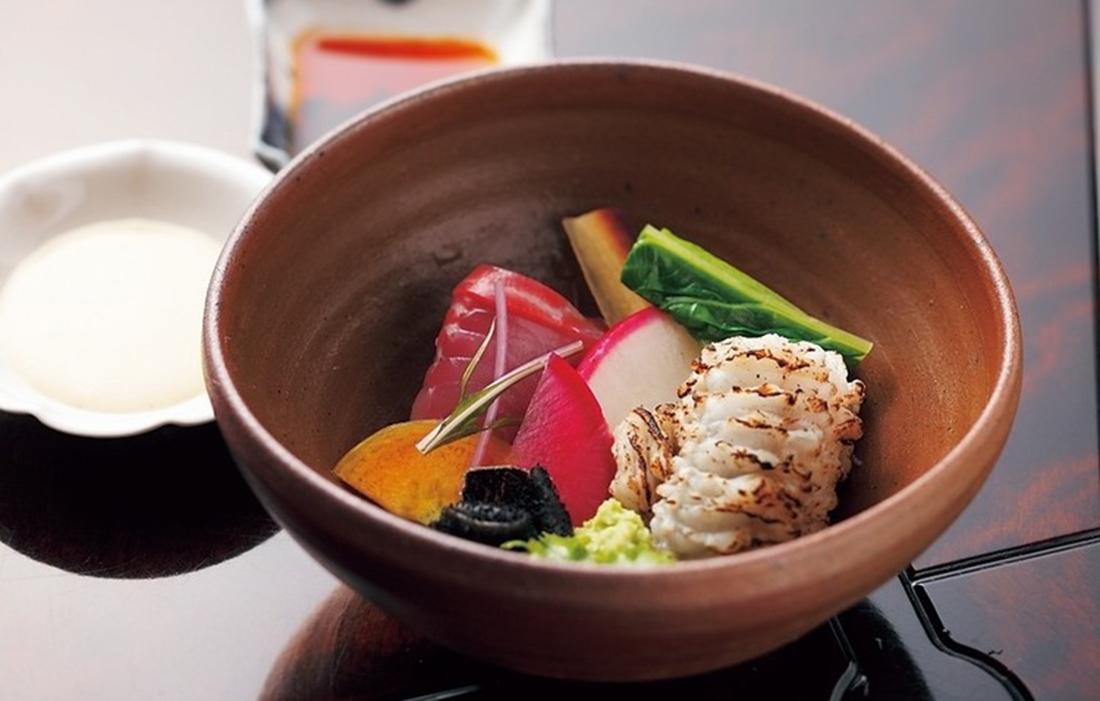 比叡山の奥の院であり、回峰行の要でもある古刹・明王院と地主神社の門前に位置する日本料理の名店。
