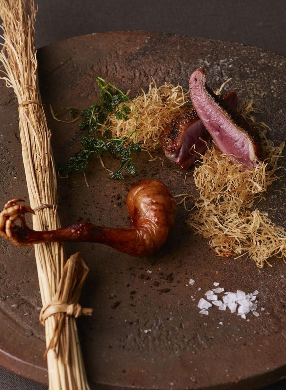小鳩胸肉台湾香辛料馬告焼きと、もも肉五香脆皮仕立て。