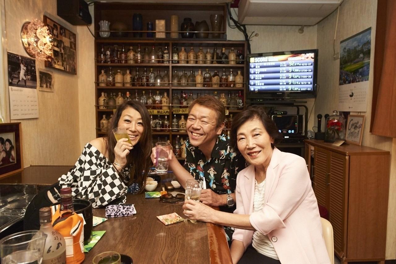 まずは、大ママ(右)、長女・歩美ママ(左)と乾杯。