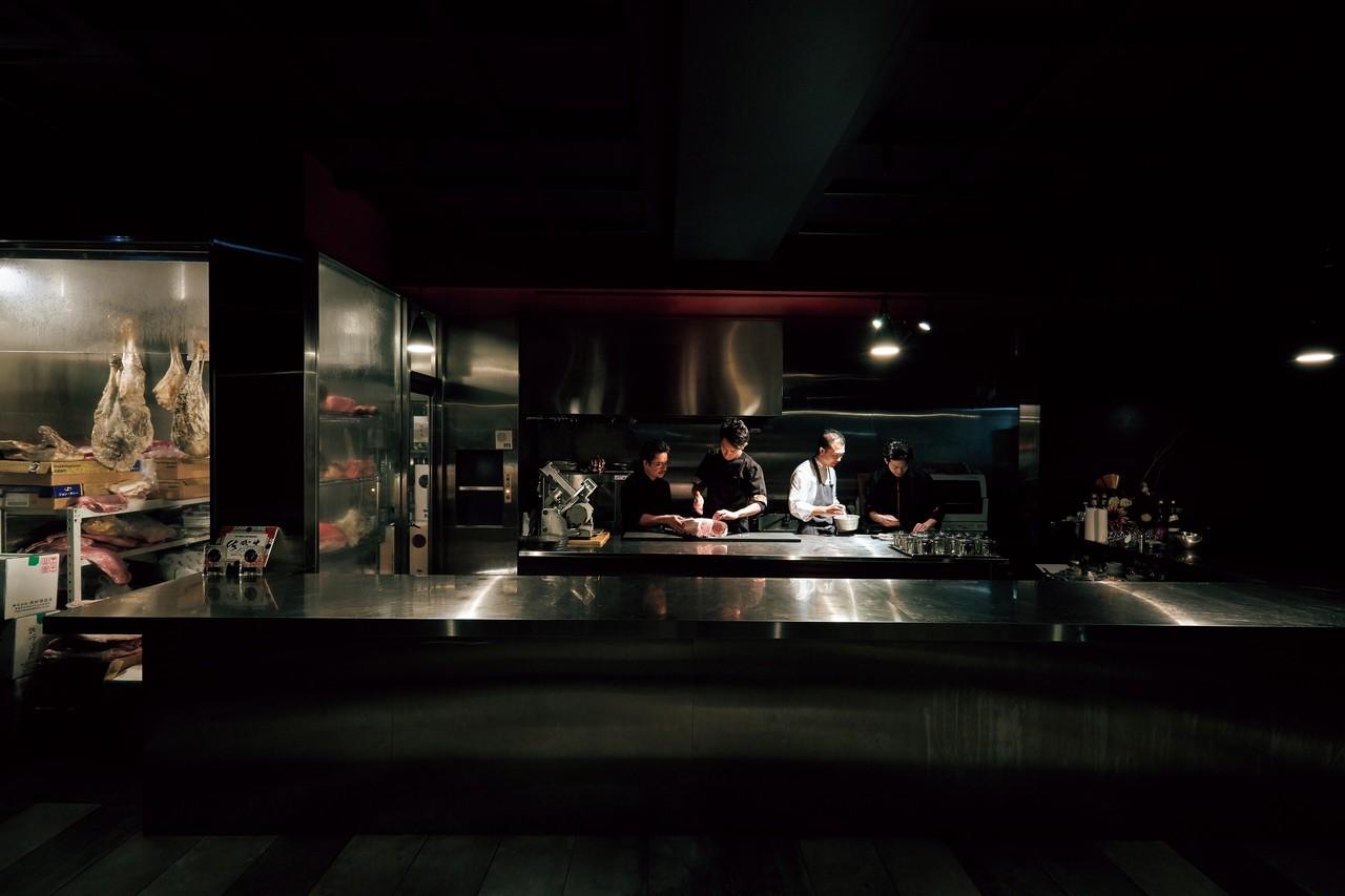 大きなガラス張りの熟成庫を備えたオープンキッチンのカウンター。