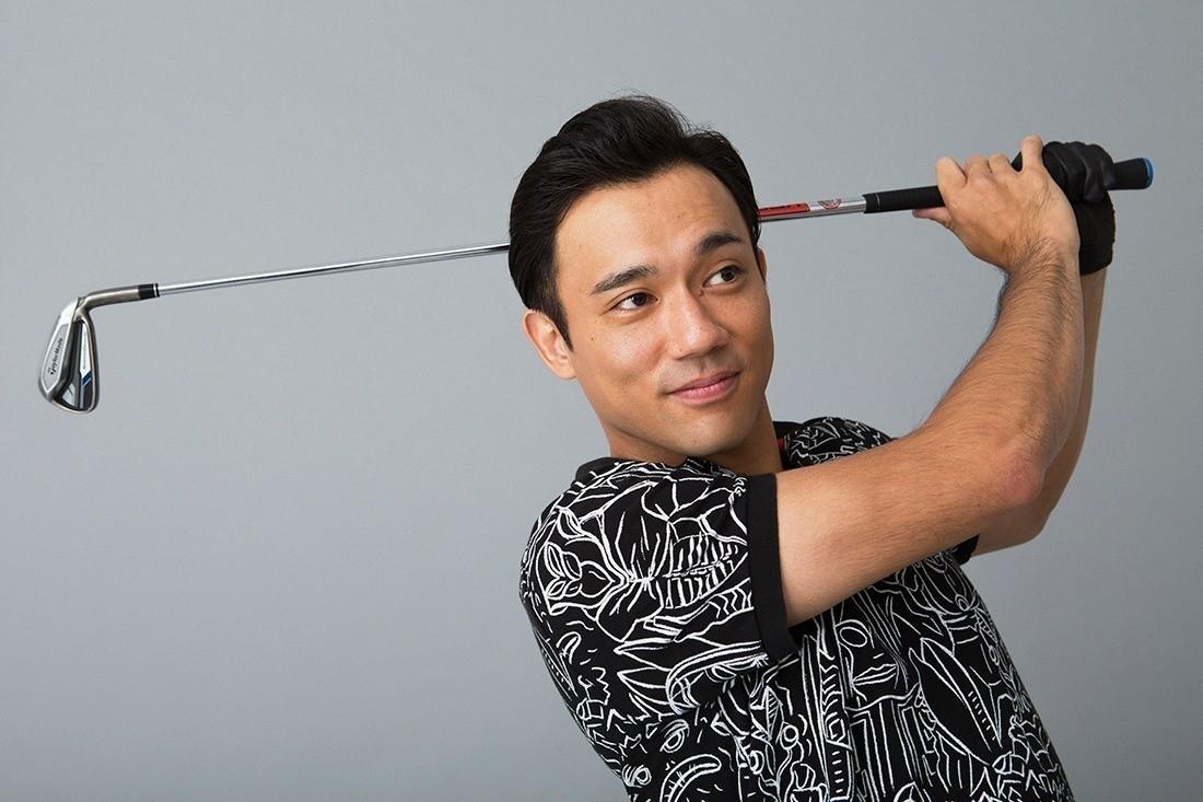 色や柄が派手なゴルフウェアを着ることが多いかもしれません。