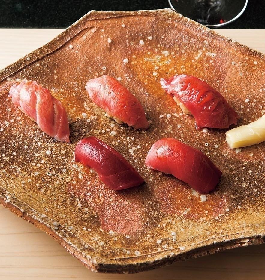 マグロの旨味、甘み、酸味を存分に味わえる。